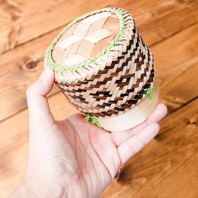タイの竹製ごはんケース 5 - サイズ比較のため手で持ってみました。