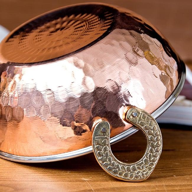 槌目仕上げ 銅装飾のカダイ [装飾持ち手付](直径:約17.5cm) 4 - 持ち手のところはブラスで装飾されています。