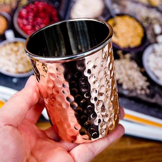 インドの鎚目付き銅装飾コップ【高さ:8.8cm×直径:7.5cm 約290ml】 6 - このくらいのサイズ感になります
