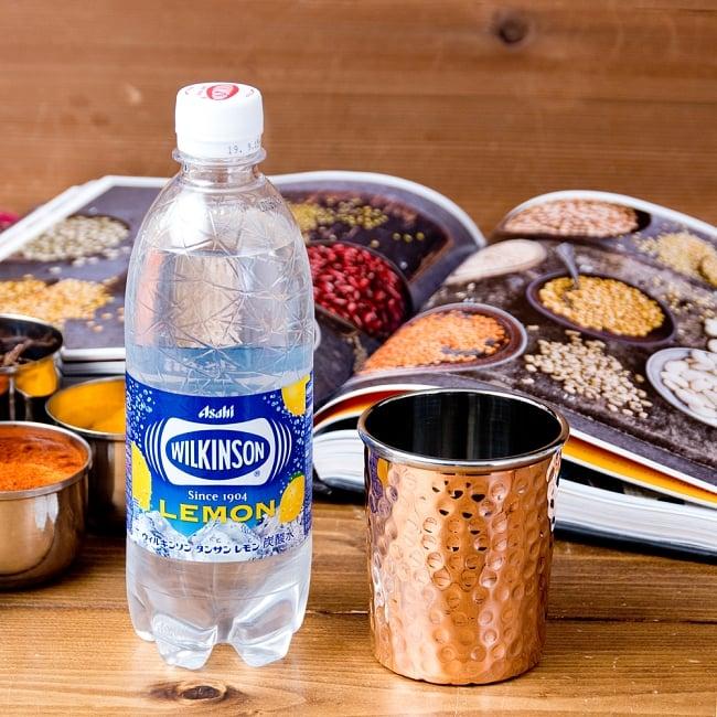 インドの鎚目付き銅装飾コップ【高さ:8.8cm×直径:7.5cm 約290ml】 7 - 500mlのペットボトルを横に置いてみたところです