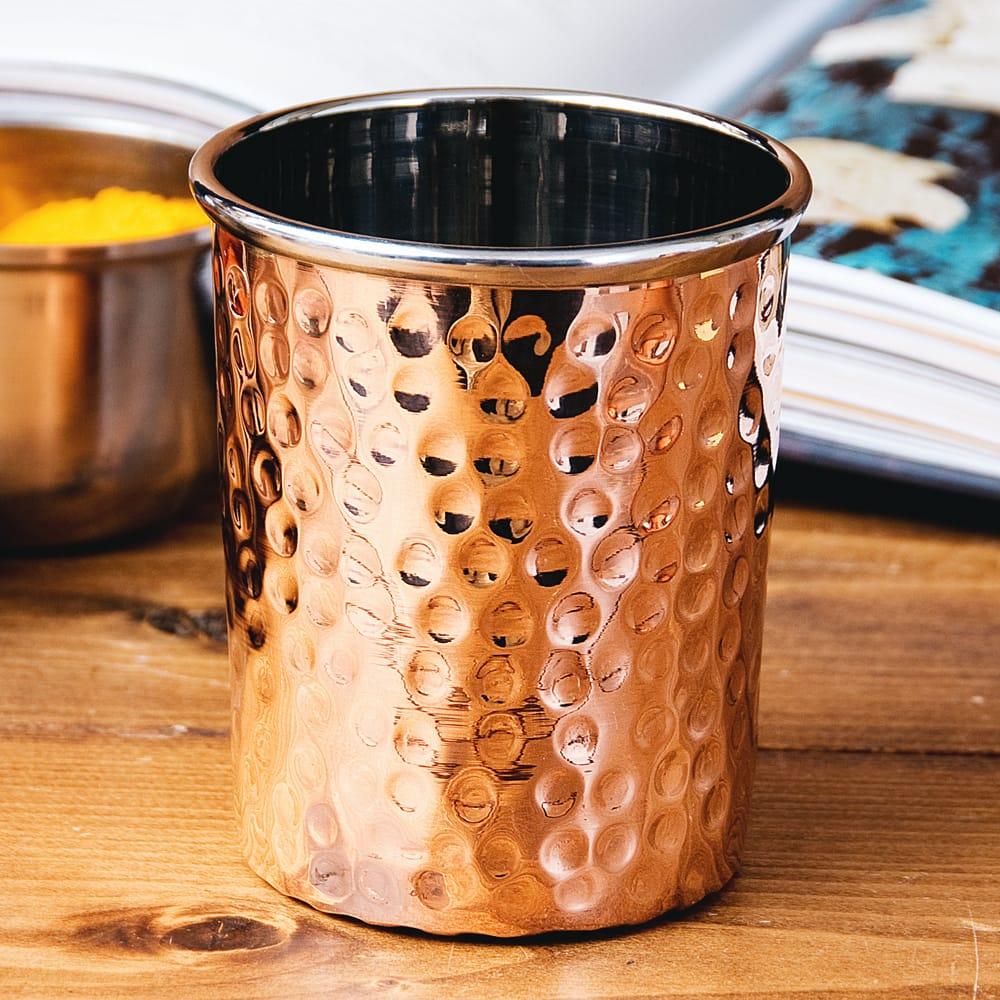 インドの鎚目付き銅装飾コップ【高さ:8.8cm×直径:7.5cm 約290ml】の写真