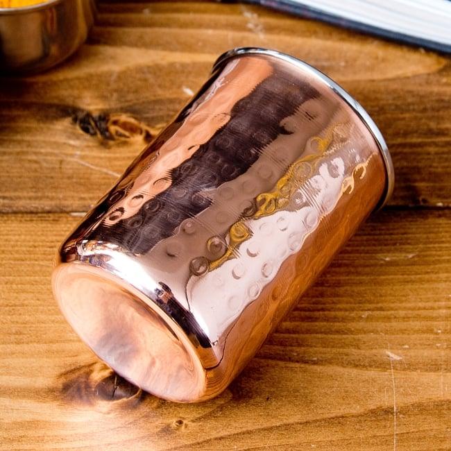 インドの鎚目付き銅装飾コップ【高さ:9.7cm×直径:7.5cm 約300ml】 3 - 横からの写真です