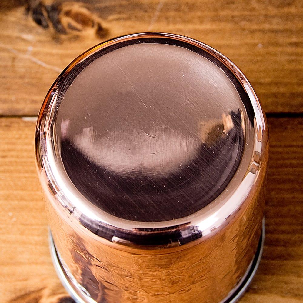 インドの鎚目付き銅装飾コップ【高さ:9.7cm×直径:7.5cm 約300ml】 4 - 底面はこのようになっております