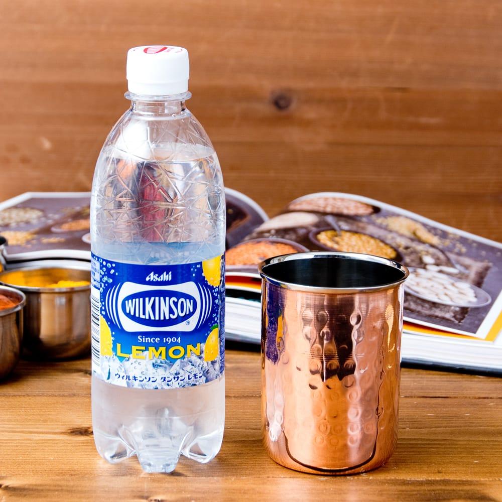 インドの鎚目付き銅装飾コップ【高さ:9.7cm×直径:7.5cm 約300ml】 7 - 500mlのペットボトルを横に置いてみたところです