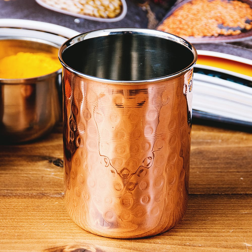 インドの鎚目付き銅装飾コップ【高さ:9.7cm×直径:7.5cm 約300ml】の写真