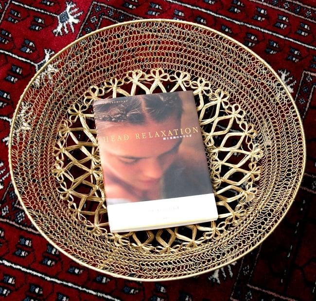 金色のメタルワイヤー飾り皿[直径:30cm] 2 - 英語の本を置いてみました