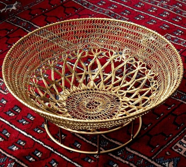 金色のメタルワイヤー飾り皿[直径:30cm]の写真