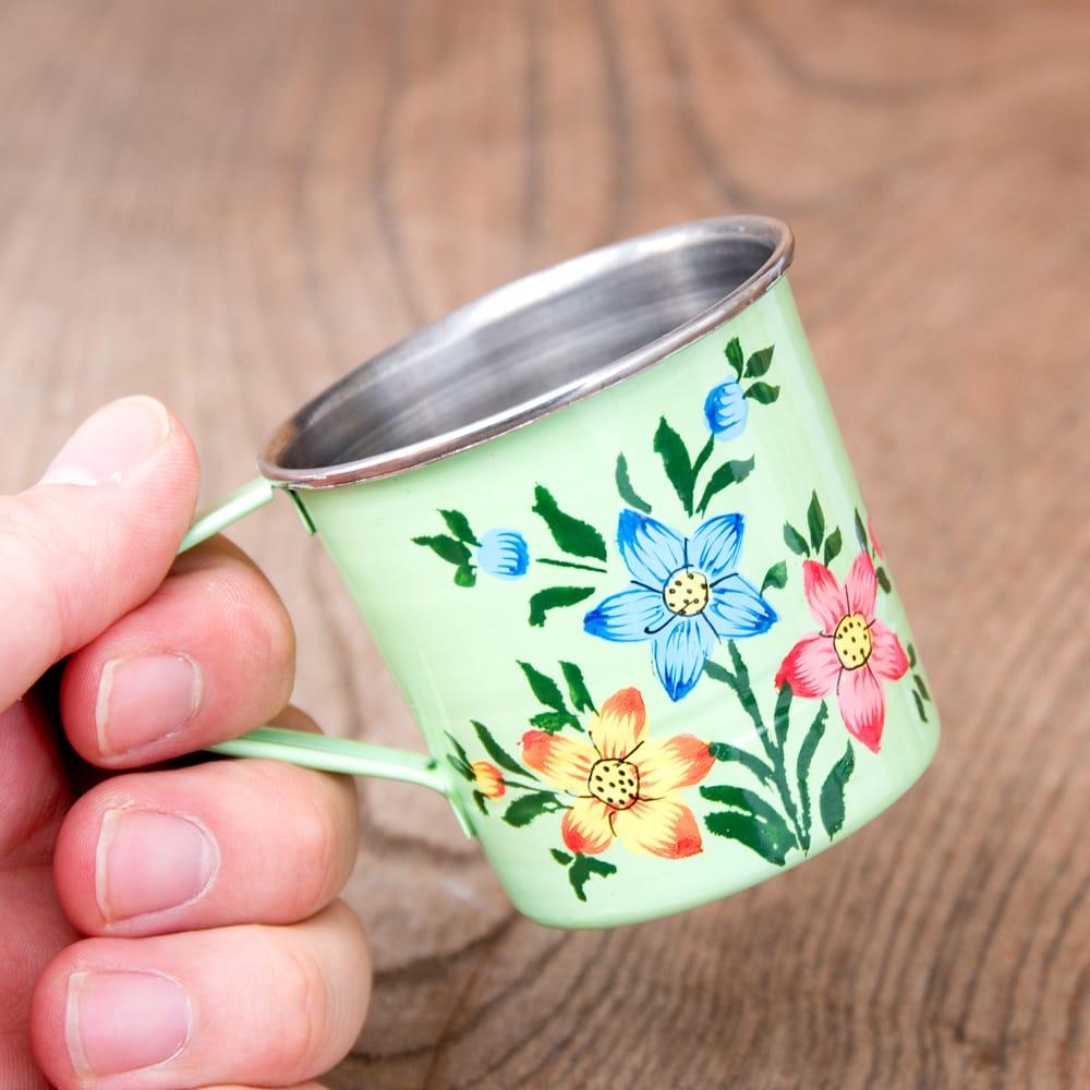 どこか懐かしいレトロテイスト 手描きカシミールペイントのミニマグカップ[直径:6cm x 高さ:5.9cm ] - 小花模様 8 - このくらいのサイズ感になります