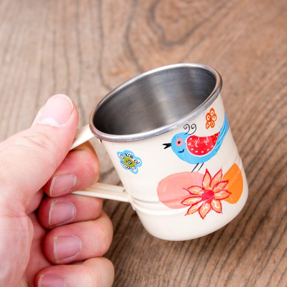 どこか懐かしいレトロテイスト 手描きカシミールペイントのミニマグカップ[直径:6cm x 高さ:5.9cm ] - 小鳥模様 8 - このくらいのサイズ感になります