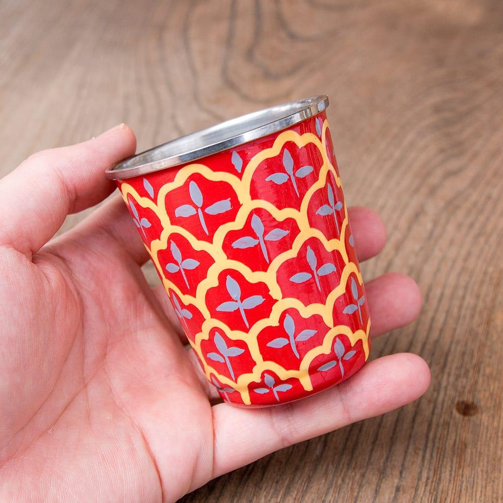 どこか懐かしいレトロテイスト 手描きカシミールペイントのチャイカップ[直径:6.4cm x 高さ:7.5cm ] - 伝統模様 8 - このくらいのサイズ感になります