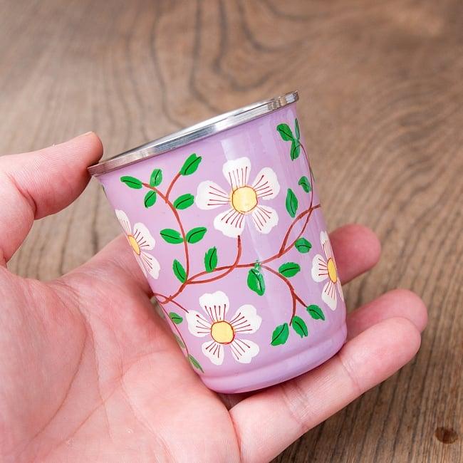 どこか懐かしいレトロテイスト 手描きカシミールペイントのチャイカップ[直径:6.4cm x 高さ:7.5cm ] - 更紗模様 8 - このくらいのサイズ感になります