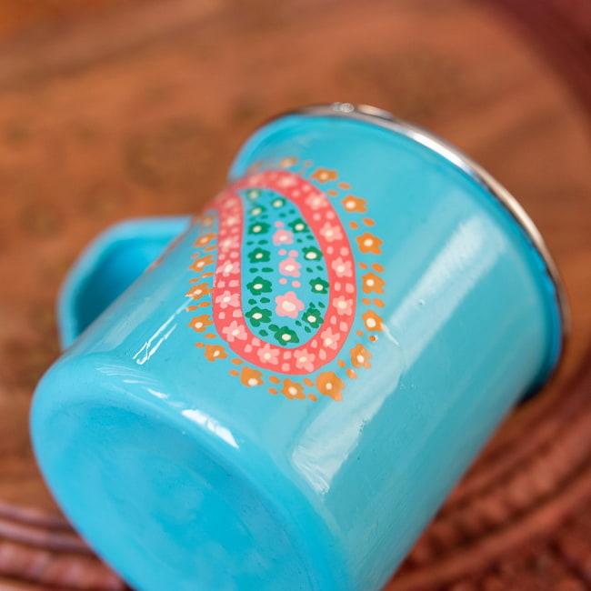 どこか懐かしいレトロテイスト 手描きカシミールペイントのマグカップ[直径:8cm x 高さ:7.6cm ] - 水色ペイズリー 3 - 拡大写真です