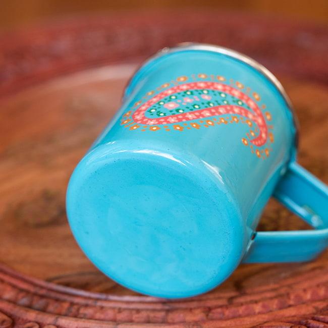 どこか懐かしいレトロテイスト 手描きカシミールペイントのマグカップ[直径:8cm x 高さ:7.6cm ] - 水色ペイズリー 5 - 底面の写真です