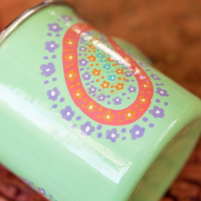 どこか懐かしいレトロテイスト 手描きカシミールペイントのマグカップ[直径:8cm x 高さ:7.6cm ] - グリーンペイズリー 4 - 丁寧にペイントされています
