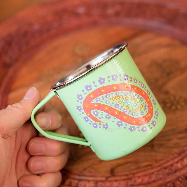 どこか懐かしいレトロテイスト 手描きカシミールペイントのマグカップ[直径:8cm x 高さ:7.6cm ] - グリーンペイズリー 8 - このくらいのサイズ感になります