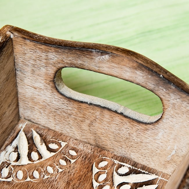 手彫りのマンゴーウッドトレー Sサイズ 【25cm×15cm】 5 - 取り回しのいい取っ手がついています。