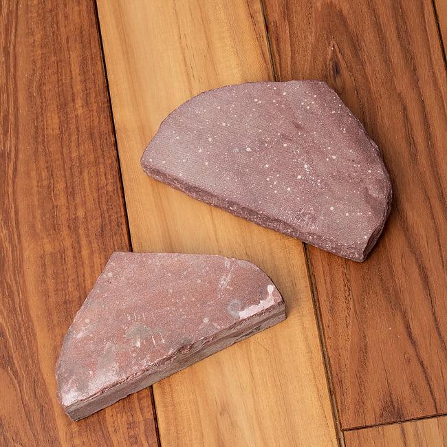 インド伝統の石製マサラ潰し 13 - クラッシャーの方も形はそれぞれ個性的です。