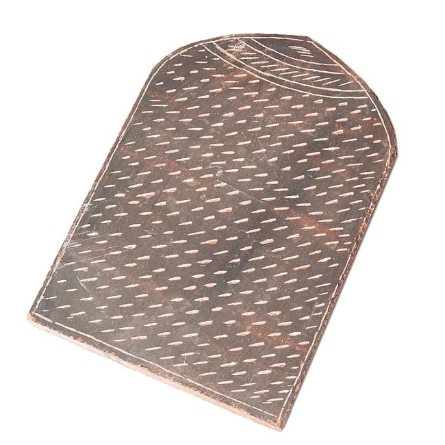 インド伝統の石製マサラ潰し 3 - 表面に刻み込みが入っており、ホールスパイスが転がって逃げるのを防いでくれます。
