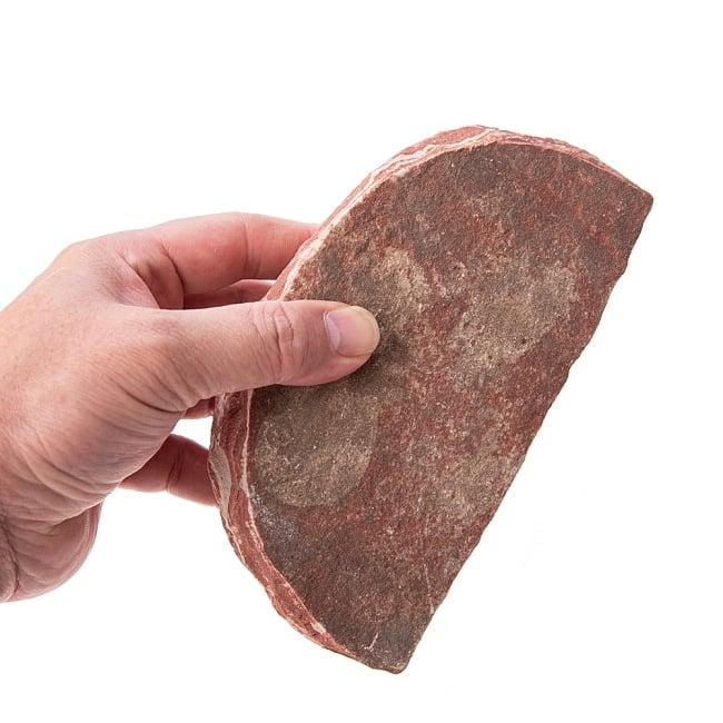 インド伝統の石製マサラ潰し 5 - この石でスパイスを潰します。半円形になっている側をグリグリ転がしたりしても使えますね。