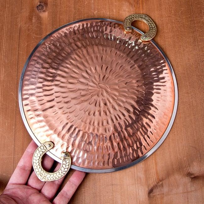 タヴァ槌目仕上げ チャパティやローティ用のフライパン(直径:約23cm) 7 - このくらいのサイズ感になります