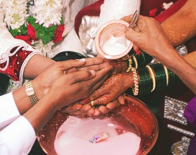 【祭壇用】銅製カトリ(小皿) 【直径:約6.7cm】 7 - 銅製のプレートは、ヒンドゥー教の祭壇や儀式で使われています。