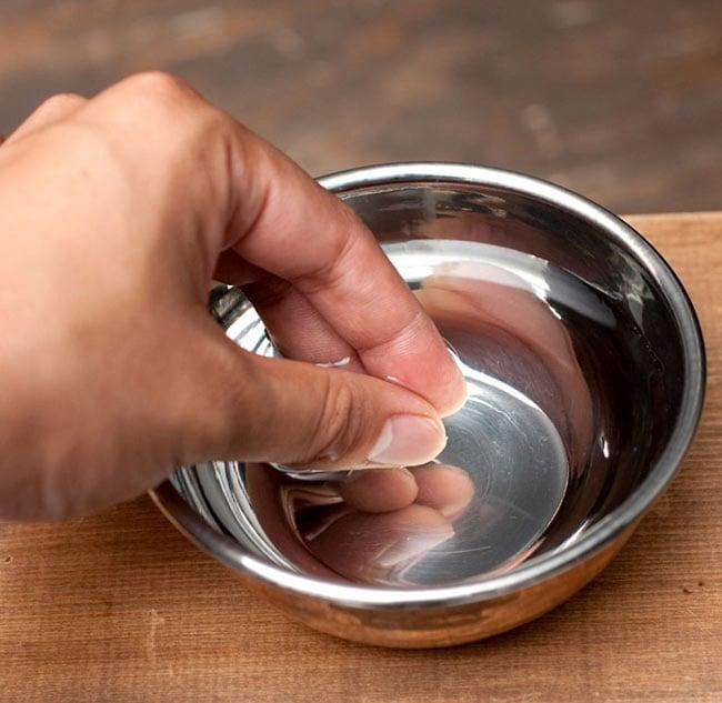インドの銅装飾 フィンガーボウル・高級カトリ【高さ:3.5cm×直径:11.5cm】 6 - このように食事の後に、指を洗うのに使用します。