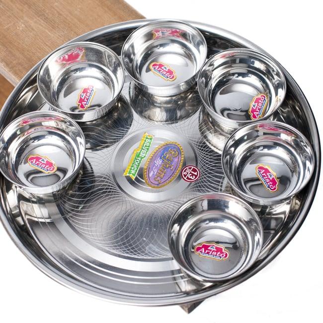 重ねられるカレー小皿 サブジカトリ(約7.8cm×約3cm) 7 - 直径29cmのカレー大皿に並べて見た様子です。