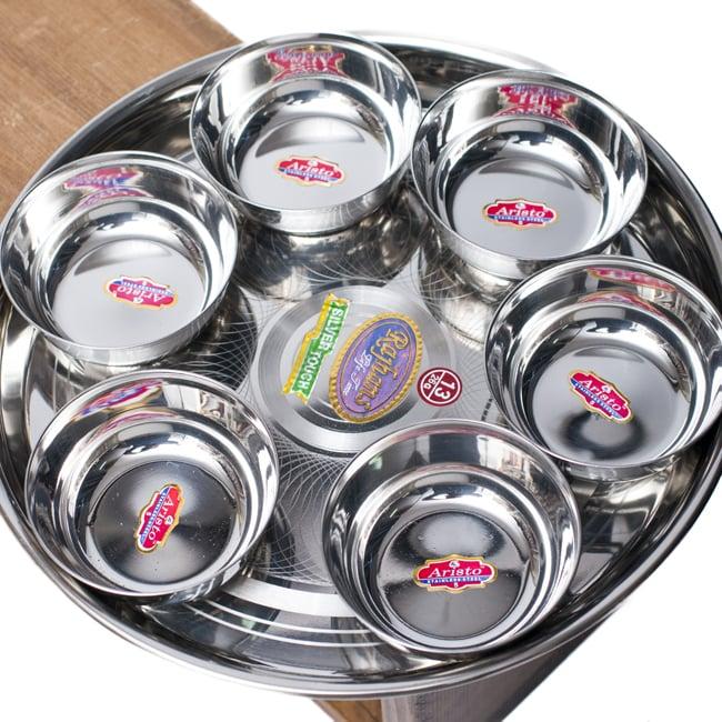 重ねられるカレー小皿 ダールカトリ(約9cm×約3.3cm)の写真7 - 直径29cmのカレー大皿に並べて見た様子です。