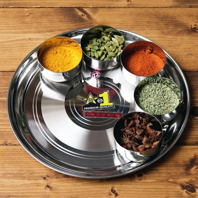 カレー大皿 No.12 [約28.5cm]-重ね収納ができるタイプ 6 - 試しに【ID-TLPLT-54】【訳あり・インド品質】カレー小皿(約7.2cm×約4cm 約140ml)を並べてみたところです。カレー小皿は別売りとなります。
