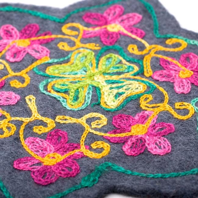 フェルトの花柄コースター 【グレー】 3 - 刺繍をアップにしてみました。