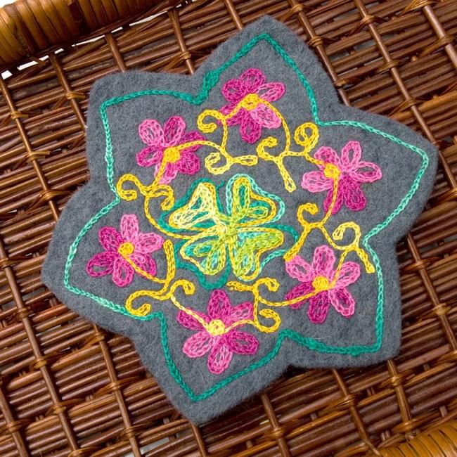 フェルトの花柄コースター 【グレー】の写真