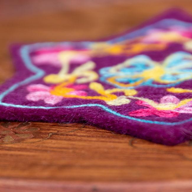 フェルトの花柄コースター 【濃紫】 4 - 質感がわかるように撮ってみました。フェルトのあたたかみがいいですね。