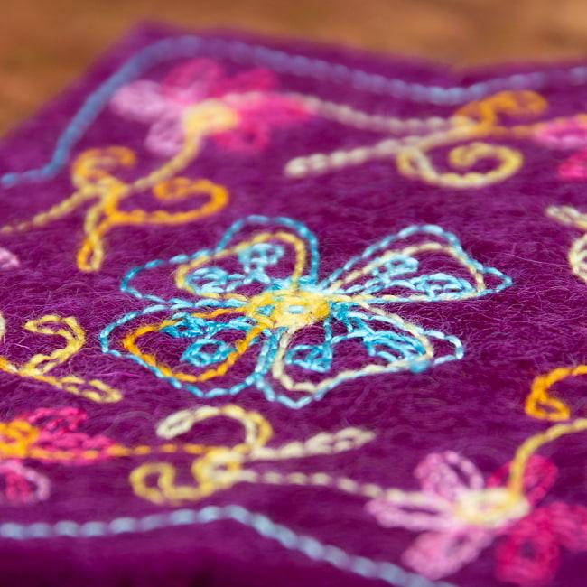 フェルトの花柄コースター 【濃紫】 5 - 手に持つとこのくらいの大きさです。