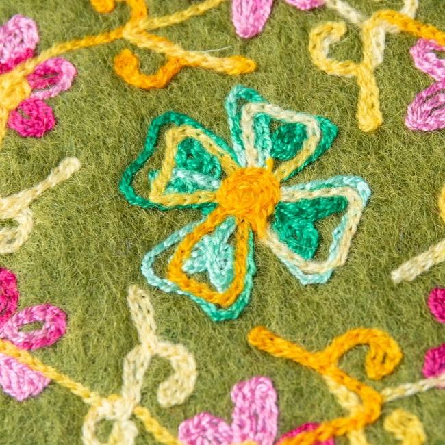 フェルトの花柄コースター 【カーキ】 3 - 刺繍をアップにしてみました。