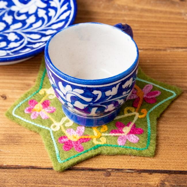 フェルトの花柄コースター 【カーキ】 6 - インドのチャイグラスを置いてみました。