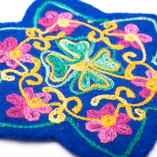 フェルトの花柄コースター 【青】 3 - 刺繍をアップにしてみました。
