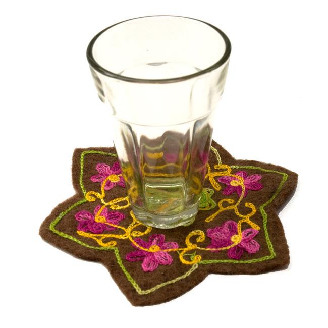 フェルトの花柄コースター 【青】 6 - インドのチャイグラスを置いてみました。