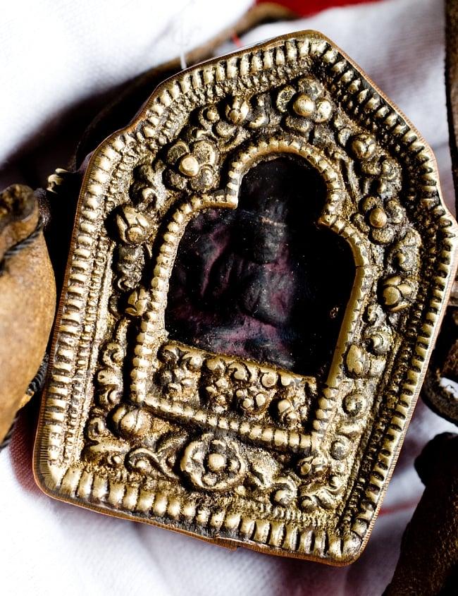 持ち運びができるチベット仏教の仏壇 ガウ(小) 2 - 本体正面部分を拡大してみました。