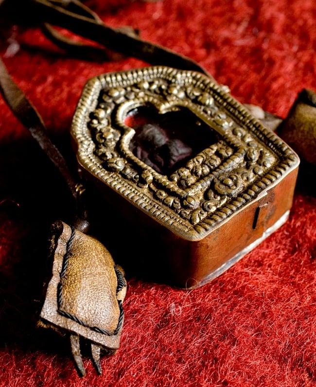 持ち運びができるチベット仏教の仏壇 ガウ(小) 5 - 革のアクセサリが施してあります。