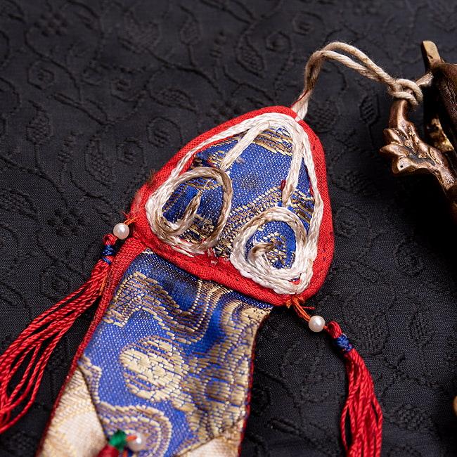 カルタリ(曲刀)のお守りの写真4 - このような装飾がついています。