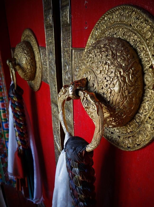 カーラ・バイラヴァ(Kal Bhairav)の壁用ハンギング 8 - この様なチベット寺院の装飾を彷彿とさせますね。これはインド、スピティのゴンパですが、本商品との類似性を感じられると思います
