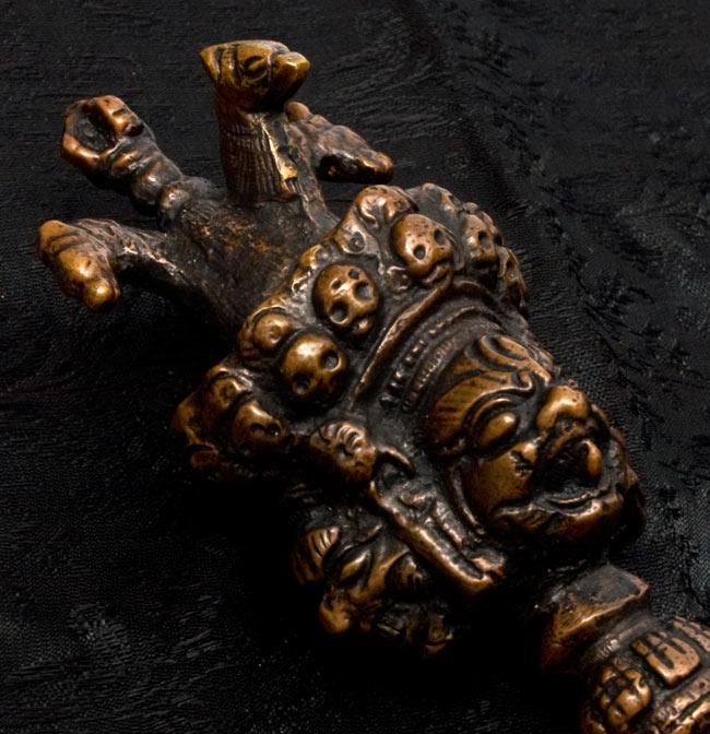 プルパ(キーラ・金剛蕨) 2 - 柄頭には五鈷杵、三匹の馬、三面の憤怒尊があります。