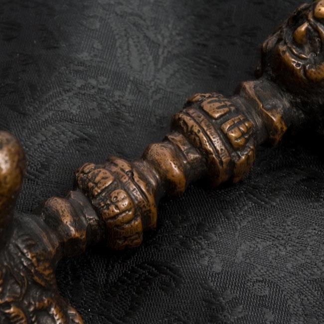 プルパ(キーラ・金剛蕨) 3 - 持ち手の部分の拡大写真です。九鈷杵を握り締めるような形になります。