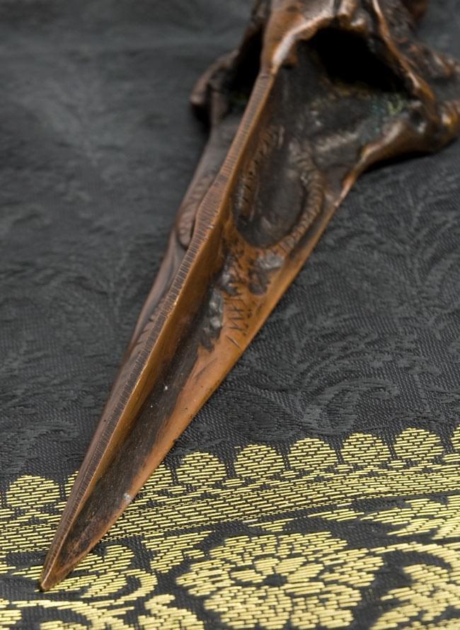プルパ(キーラ・金剛蕨) 5 - 先端部分です。鋭くなっています。三面で構成されており、二匹の蛇が絡みついているような柄が彫られています。