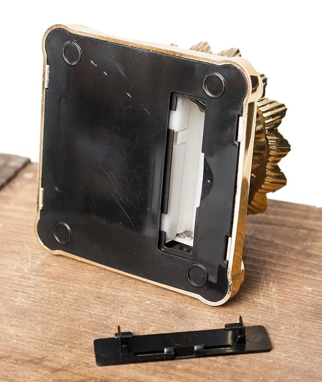 光で回り続ける 蓮の台座 7 - 底面の様子です。単4電池を入れれば室内でもご利用いただけます