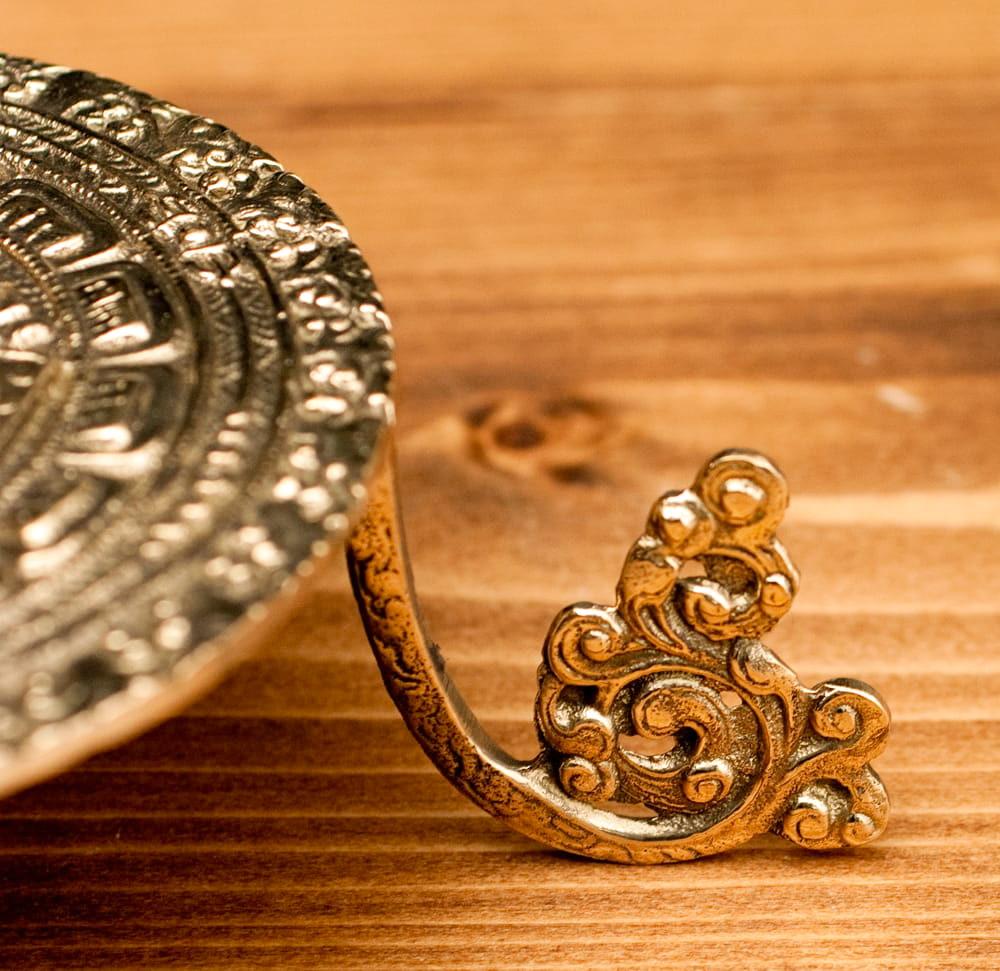 マンダラ模様のシンギングボウル&神様像スタンド 4 - 足の部分も更紗のような素敵なデザインが施されています