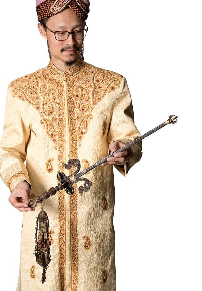 タントラの神々が持っている杖(ガドゥヴァーンガ) 【約62cm】 10 - インドパパがサイズ比較のために持ってみました