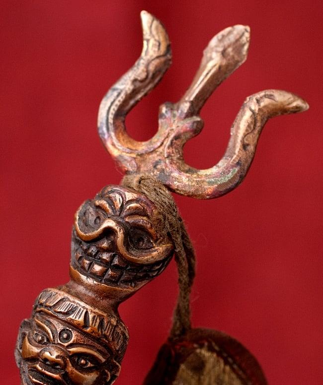 タントラの神々が持っている杖(ガドゥヴァーンガ) 【約62cm】 4 - 持ちての一番上部にはトリシュールが意匠されています