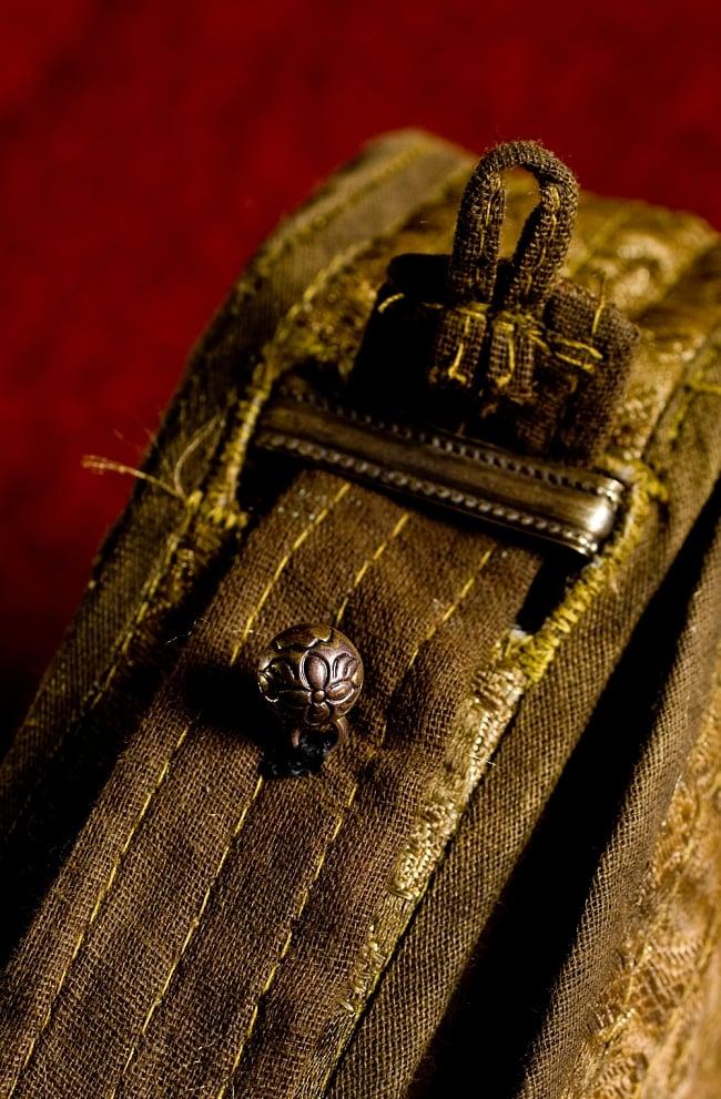 持ち運びができるチベット仏教の仏壇 ガウ(大) 11 - こんな感じに。
