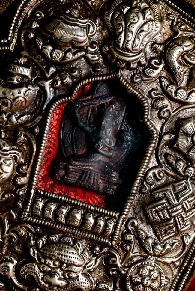 持ち運びができるチベット仏教の仏壇 ガウ(大) 3 - 中心の菩薩を拡大してみました。